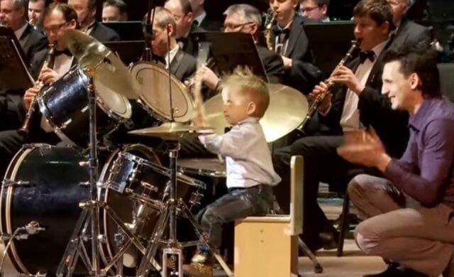 Αγοράκι τριών χρονών παίζει ντραμς με ορχήστρα (Video)