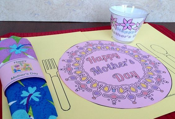 #MothersDay Printable Placemat for kids to help mom celebrate her special day! #preschool  #kidscrafts (pinned by Super Simple Songs)