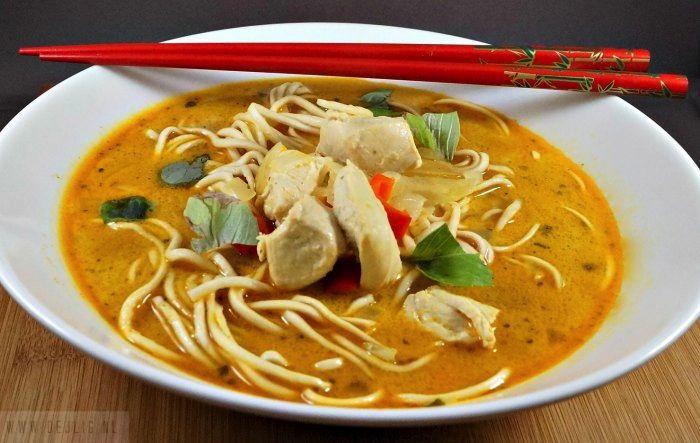Deze soep uit Ken Hom's kookboek de eenvoudige Thaise Keuken is een van mijn lievelings. Ik laat je je zien, hoe je deze Thaise Kippensoep met noedels maakt