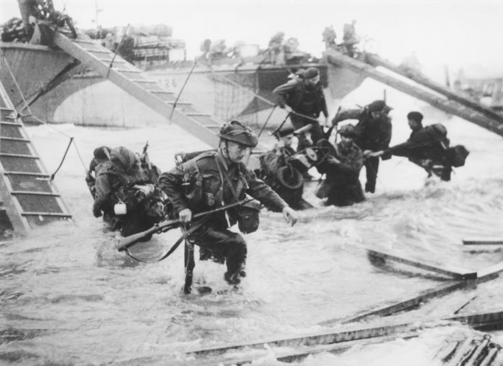 Juno Beach D-Day LandingsTroops from the 48th Royal Marines at Saint-Aubin-sur-mer on Juno Beach, Normandy, France, during the D-Day landings, 6th June 1944. (Photo by Hulton Archive/Getty Images)