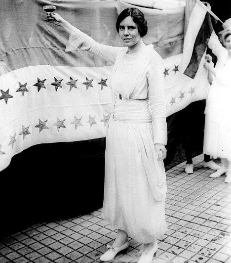 Alice Paul (1885-1977) A nők egyenjogúságában hívő családból származó Pault hét alkalommal tartóztatták le a szüfrazsett-megmozdulásokban való részvétele miatt. Élete során a nők oktatásáért és szavazati jogáért küzdött, megalapította a Nők Választójogának Kongresszusi Unióját, emellett ő fogalmazta meg a szavazati jogot biztosító alkotmánymódosítás szövegét is.