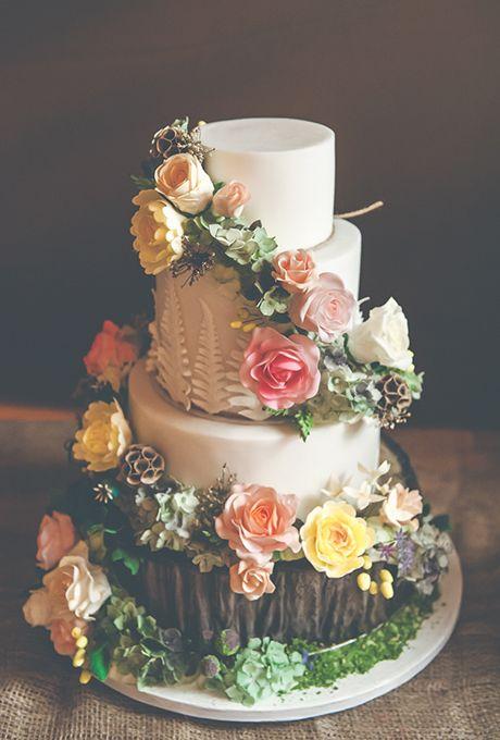 Bräute: Woodland inspirierte Hochzeitstorte mit Zuckerblumen. Ein Wald inspiriert … – Wedding