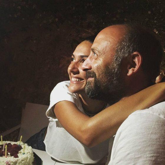 *-*Bergüzar Korel a Halit Ergenç - oslava výročia svadby (foto: Instagram) - Výročie ich spolužitia oslávili prominenti v spoločnosti priateľov na dovolenke v prímorskom letovisku Çeşme. Tam symbolicky spoločne sfúkli šesť sviečok na torte. Seriálová Šeherezáda dokonca zavesila na sociálnu sieť ich fotografiu zo svadby. A my prajeme sympatickej dvojici len jediné - veľa ďalších spoločne prežitých rokov! :-)