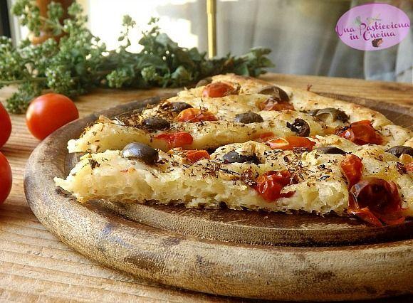 Focaccia+di+Patate+Soffice+senza+Glutine+-+con+Pomodorini+Olive+e+Origano