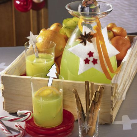 Grüner Glühwein Rezept Zutaten Für 4 Personen 1 unbehandelte Orange 1 Zimtstange 1 Sternanis 200 g Zucker 400 ml Orangensaft 1/4 l Weißwein 4-6 EL Blue Curaçao Orangen-, Kumquats- und Karambolescheiben