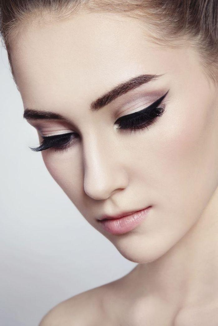un maquillage mariage sophistiqué esprit rétro, des yeux de chat classiques réalisés avec un trait d'eye liner posé façon rétro