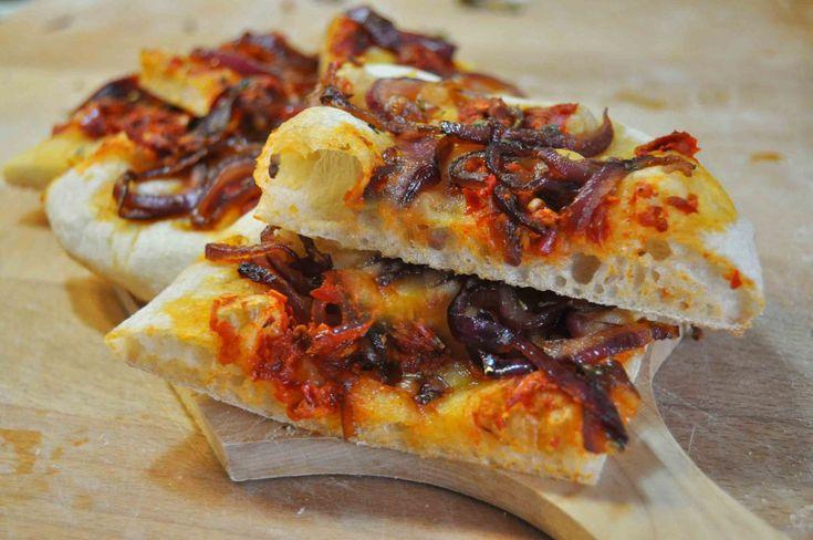 """Il termine Pinsa deriva dal termine latino """" pinsere"""" che significa allungare. La Pinsa romana si distingue dalla normale pizza per una serie di caratteristiche: per la sua forma ovale …"""