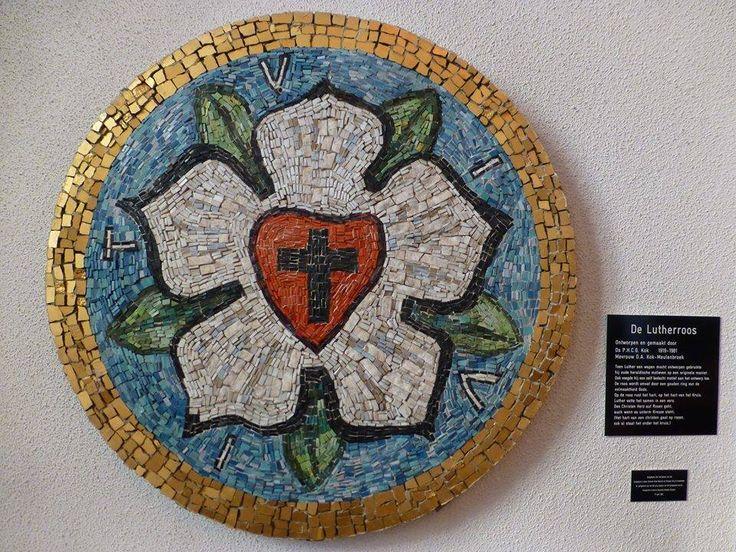 """Luther's rose #Bussum. Met de Lutherroos of Lutherzegel gaf Maarten Luther autorisatie aan zijn correspondentie. In een brief van 8 juli 1530 aan Justus Jonas beschreef Luther zijn wapen: """"Het eerste zal een kruis zijn - zwart - in een hart, dat zijn natuurlijke kleur heeft. Omdat men zo van het hart gelooft, dat het gerechtvaardigd wordt. Zo'n hart zal midden in een witte roos staan, teken, dat het geloof vreugde, troost en vrede geeft. Daarom zal de roos wit en niet rood zijn; de witte…"""