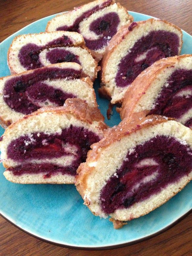 Rulltårta ska ätas färsk och måste därför göras samma dag som den ska bjudas på. Under sommaren är det fullt med goda bär och kan variera denna kaka till oändlighet. Kanske krusbär, svarta vinbär,...