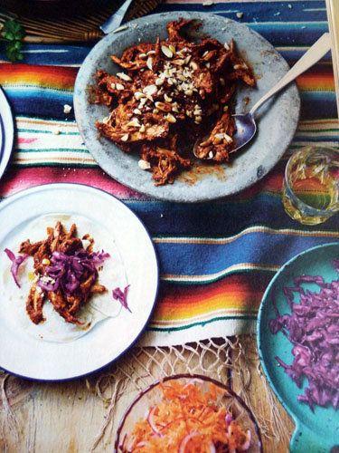 Курица по-мексикански   Курица по мексикански - это необычное блюдо в шоколадном соусе. Пикантный соус - изюминка этого рецепта.  Особенно хорошо рецепт для любителей необычных рецептов и для любителей острого и пикантного.  Джейми предлагает курицу в шоколадном соусе подать как закуску с лепешками.