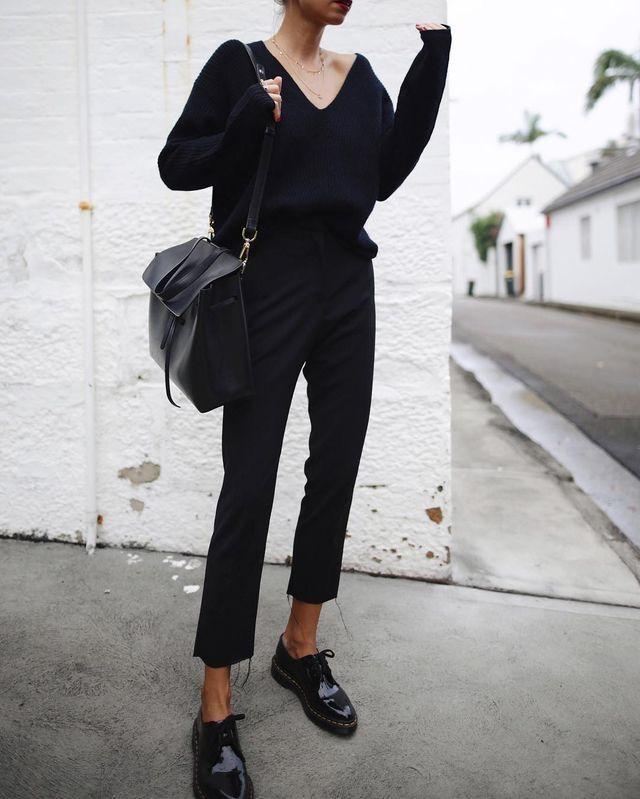 schwarze Hose schwarze Top Pullover Tasche Frühlingsherbst
