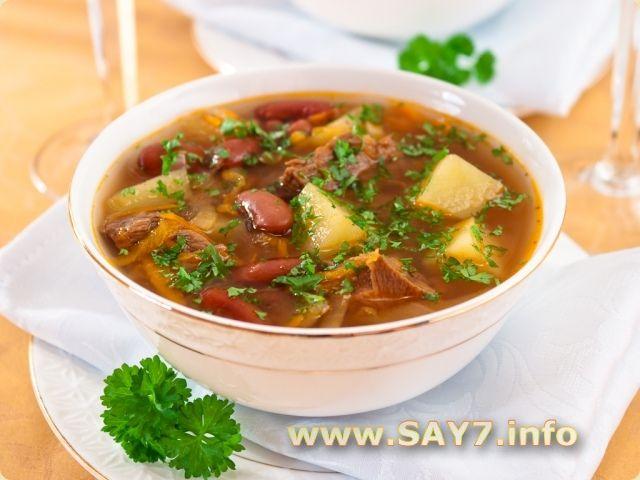 Суп с фасолью...500 г мяса (говядина или свинина)  200 г фасоли  200 г квашеной или свежей капусты  800 г картофеля  150 г моркови  150 г лука  3-4 ст.л. кетчупа или томатной пасты  соль  перец