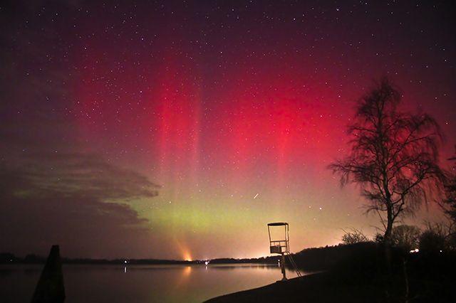 Polarlichter über Deutschland Wenige Tage nach einer heftigen Eruption auf der Sonne ist es über weiten Teilen Europas zu spektakulären Polarlichtern gekommen. Wo der Himmel klar war, konnte das Himmelsschauspiel auch in Norddeutschland beobachtet werden, wie hier über Neumünster. Bildquelle: Marco Ludwig