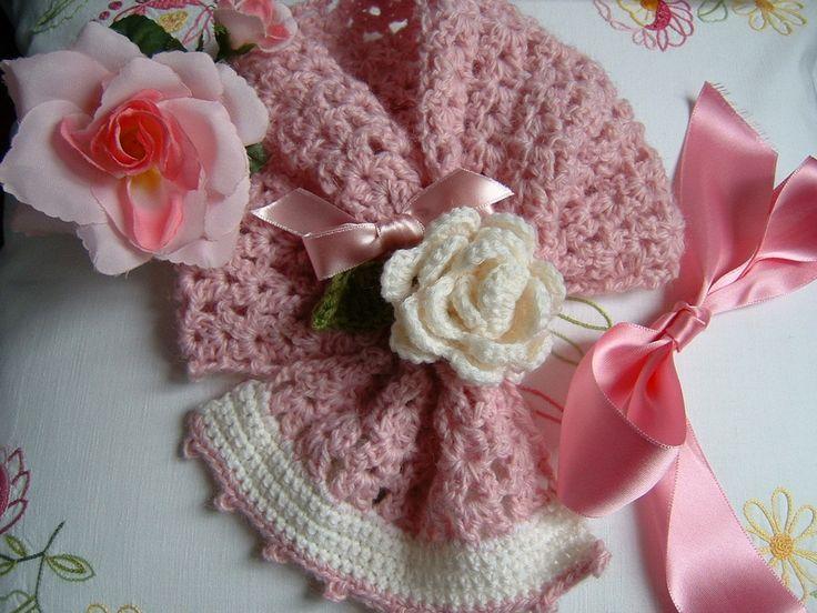 Sciarpa per bambina eseguita a mano all'uncinetto in pura lana con una rosa decorativa. Crochet bambina, moda romantica e femminile.