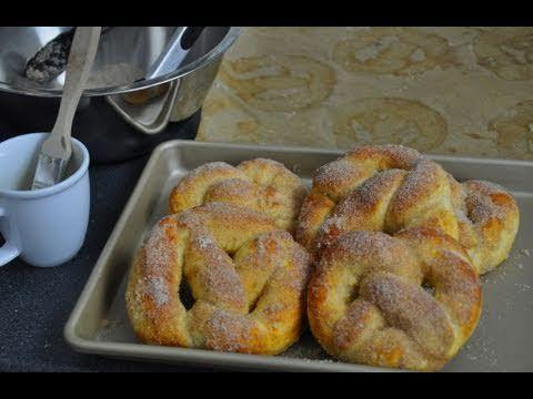 Bretzels briochés sucrés (vidéo)  http://www.hervecuisine.com/recette/les-pretzels-moelleux-sucre-et-cannelle/