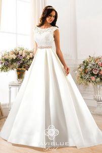 Пышное свадебное свадебное платье с атласной юбкой. Основа корсетной части платья - плотное венецианское кружево на мягкой сеточке, юбка - сатинированный атлас.  Свадебное платье NaviBlue 13382 создано для роскошной свадьбы в королевском стиле. Ведь именно атлас считается одним из самых древних  материалом. Благородный блеск атласа  придает наряду праздничную изысканность. Свадебное платье из атласа можно купить в салоне Роза Бланка. www.rosablanca.ru