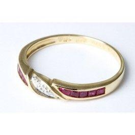 Vacker ring i 18k guld från Hedbergs. Ringen har diamanter och två rubiner.