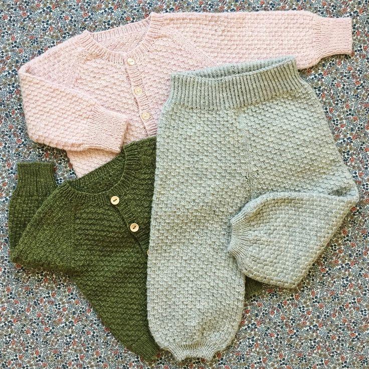 Om modellen: Bukserne strikkes nedefra og op i strukturstrik. Bukserne har almindelig pasform og poseben. I taljen strikkes en dobbelt ribkant som...