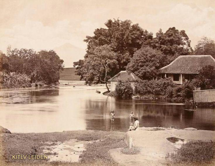 Kinderen bij de badplaats Wendit te Malang