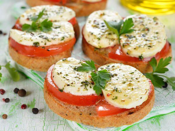 mozzarella et tomates sur des tartines de pain