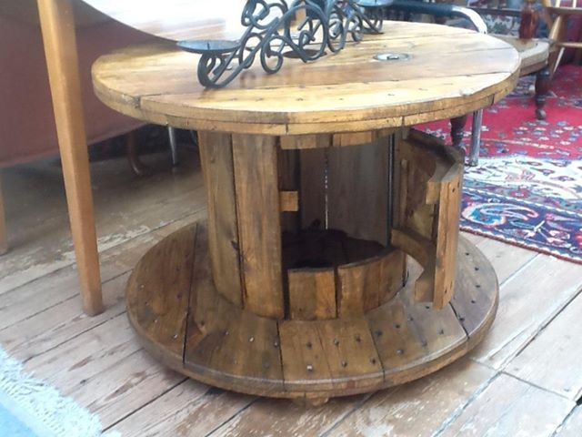Tafel met een kastje gemaakt van een oude kabeltrommel.
