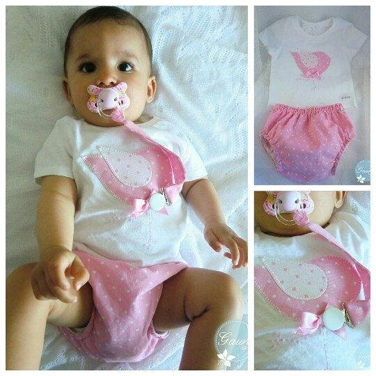 """""""Conjunto de ranita y camiseta para niña """"    Cubrebraguita de estrellas rosa en tela de algodón y camiseta con dibujo de pajarito cosido con la misma tela.  Ambos hechos a mano.  Envíos a todo el mundo."""