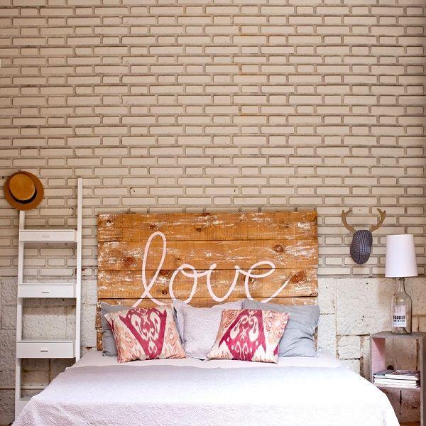 Querendo dar um charme a mais na cabeceira da cama? Escolha duas ou três almofadas, com cores que combinem com a colcha ou a decoração do quarto, e arrume-as na cabeceira. Além de dar um clima mais organizado no quarto, ainda rende fotos bem bonitas.