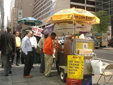 Comer un perro caliente en la calle en medio del caos de Midtown. Tomar el metro 7 e ir a Flushing.  Llegar hasta Coney Island, y subirse al Cyclone.  Caminar