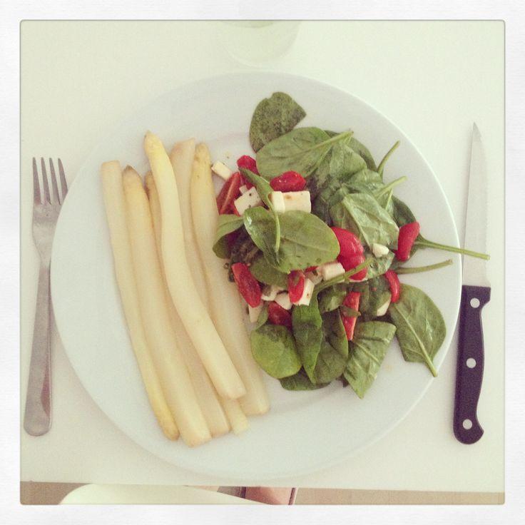 Asperges & salade de pousses d'épinard, tomates et feta
