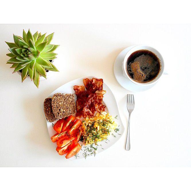 Późne niedzielne śniadanie 🙂 Jajecznica z boczkiem i pomidorem 🍅 🍳🌱 Do tego kawa ☕️🙂---> Zapraszam na moją stronę na fb https://m.facebook.com/eatdrinklooklove/ ❤ . . Late Sunday breakfast  🙂 Scrambled eggs with bacon and tomato 🍅🍳🌱And  coffee ☕️🙂 ---> I invite you to my page on fb https://m.facebook.com/eatdrinklooklove/ ❤ .