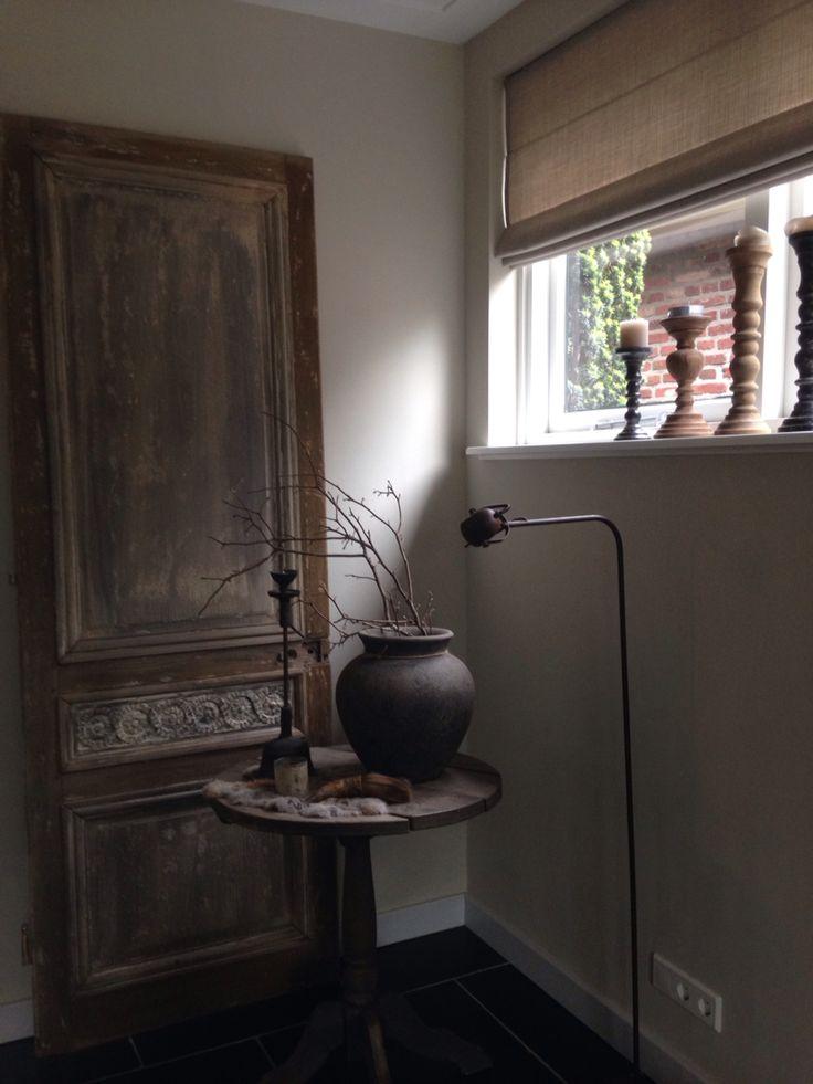 Sfeerhoekje, oude deur bewerkt met loogbeits en wasvernis van Esatto / 't sfeerpunt