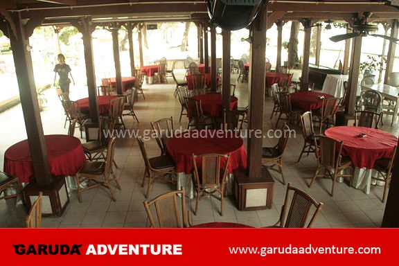 Restoran di tepi pantai pulau bidadari