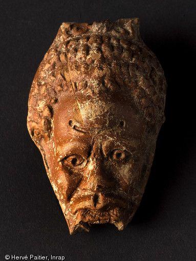 Angers 2010. Faciès de Nubien, IIIe s. de notre ère, (fragment de lustre en terre cuite, fouille du sanctuaire voué au culte de Mithra).