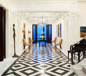 тёмный геометрический пол в коридоре