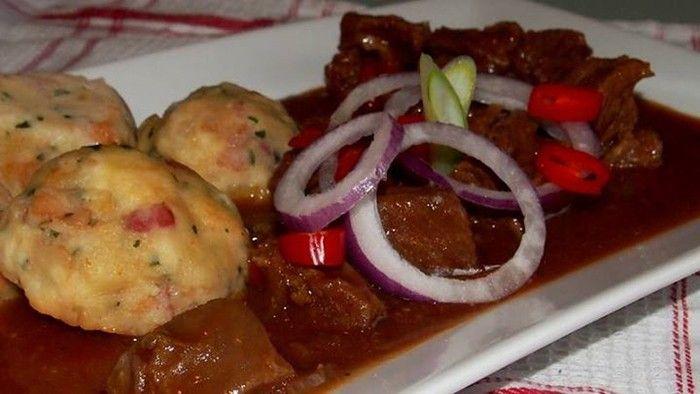 Oběd pro chlapy. Hovězí guláš pečený v troubě, podávaný s bramborovou kaší nebo knedlíkem.