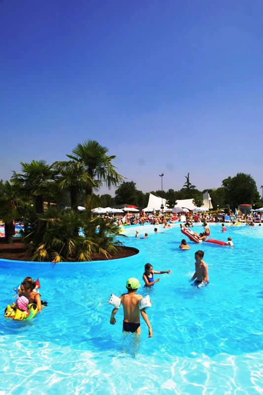 Campsite with water park at Lake Garda: village with swimming pools and water parks in Peschiera del Garda | Camping Bella Italia
