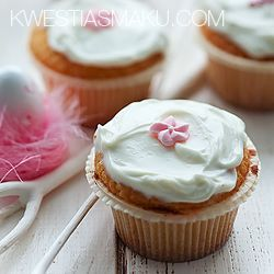 Butter cupcakes with white chocolate and mascarpone cream