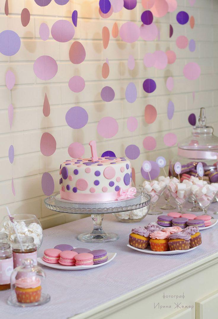 Мы оформили День рождения для маленькой принцессы в её любимом цвете — нежно розовом, разбавили его сиреневым и фиолетовыми акцентами. Мы организовали и украсили Кенди-бар в розово-сиреневых тонах: топперы, наклейки на бутылочки. Фотозону создали специально как для принцессы! А также составиликартину-коллаж с фотографиями, как наша малышка росла.