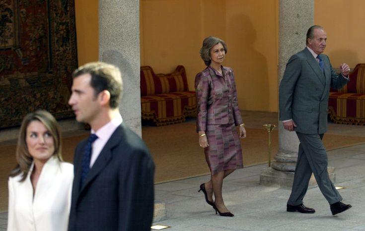 7 de noviembre de 2003. El Príncipe y doña Letizia durante la comparecencia ante la prensa en el palacio de El Pardo, en el día de la petición de mano. Al fondo, los reyes, Juan Carlos y Sofía.