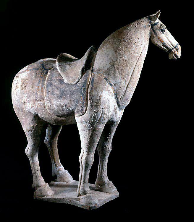 무덤에서 출토된 이 말 조각상은 생동감이 넘치고 정교하게 표현되어 강한 인상을 줍니다. 당나라의 문화 예술은 국가의 통합으로 정치, 경제가 발전하여 고대 그리스의 예술과 견주어 보아도 손색이 없을 정도로 번영했습니다. 이 시대의 말은 특정 계층만이 소유할 수 있는 귀한 동물이었고, 이 조각은 주인이 현세에서 아끼던 자신의 애마를 사후세계에서도 영원히 함께 하고자 부장한 용품입니다. 사실적인 표현을 위하여 말의 목과 꼬리 부분에 작은 홈을 파서 실재 말의 털로 장식했던 것을 확인할 수 있다. 화려하게 채색되어 안장과 마구를 착용하고 있는 이 말 조각에는 강인함과 고귀함이 부각되어 나타나는데, 이는 사후세계에서도 주인을 위해 질주할 수 있도록 준비된 모습입니다. <당나라시대 말 조각상Tang Sculpture of a Horse >, 8-9th C, AD, 당, 중국Tang dynasty, China, H. 629 (edited by Koo)