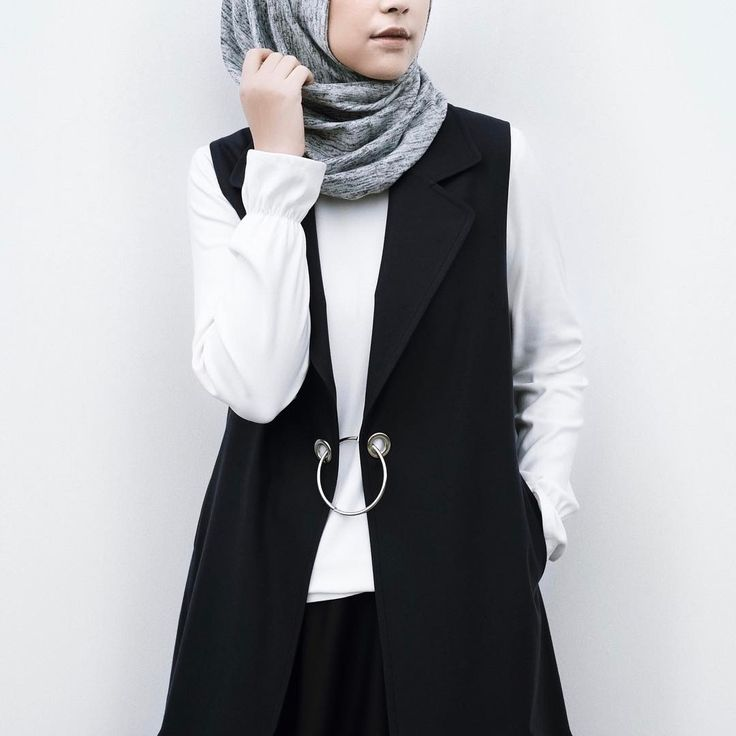 1,779 vind-ik-leuks, 20 reacties - Rani Hatta (@ranihatta) op Instagram: 'Must have items alert! Ruffle sleeve top and black O ring vest from @hattaco_official #hattaco'