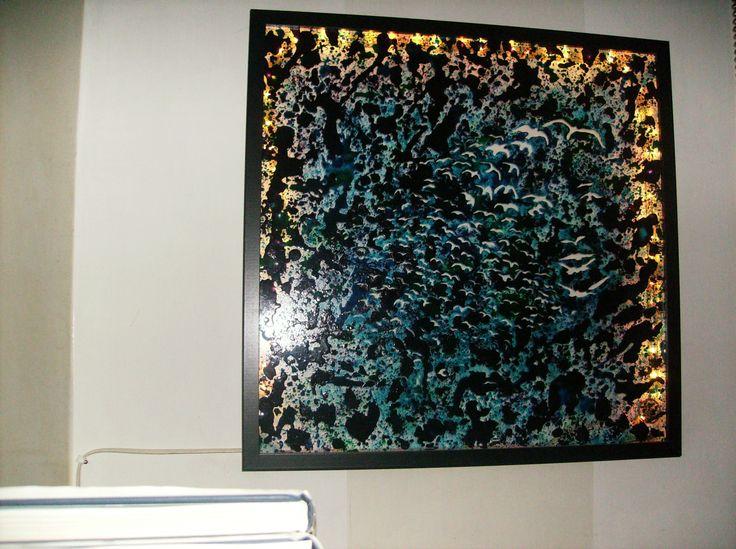"""Titolo:""""Volto di Gabbiani"""".Pittura su vetro con resine e terre naturali,Illuminazione interna .cm 50x50.Created by Elvira Chiodino."""