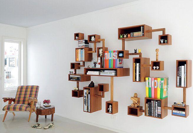 Destaque nesta sala contemporânea em que o branco predomina, a estante é praticamente uma escultura. A peça é assinada pela arquiteta e designer Juliana Llussá