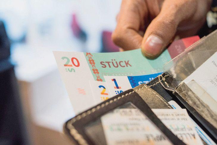 Lancée fin 2015, cette monnaie locale a déjà convaincu plus de 80 professionnels et des centaines de consommateurs alsaciens. Tous disent vendre et acheter avec des stücks pour soutenir une économie locale, écologique et surtout solidaire.                                                                                                                                                                                 Plus