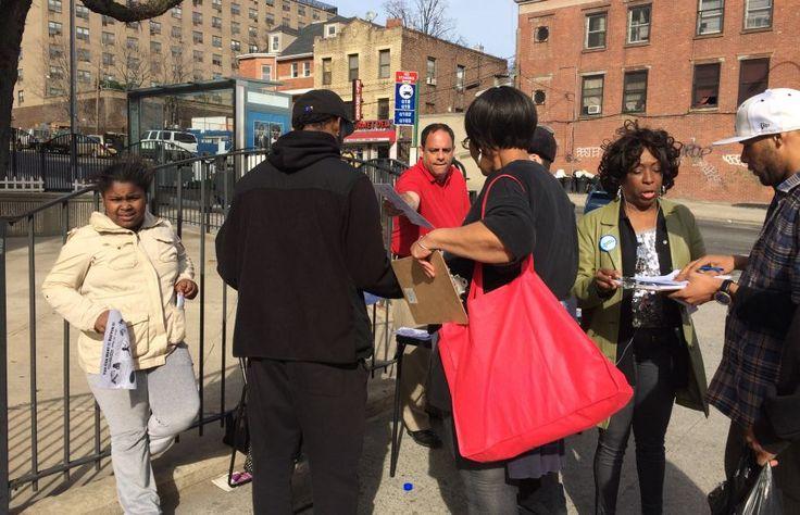Des gens d'Astoria, près de New York, votent à un budget participatif.