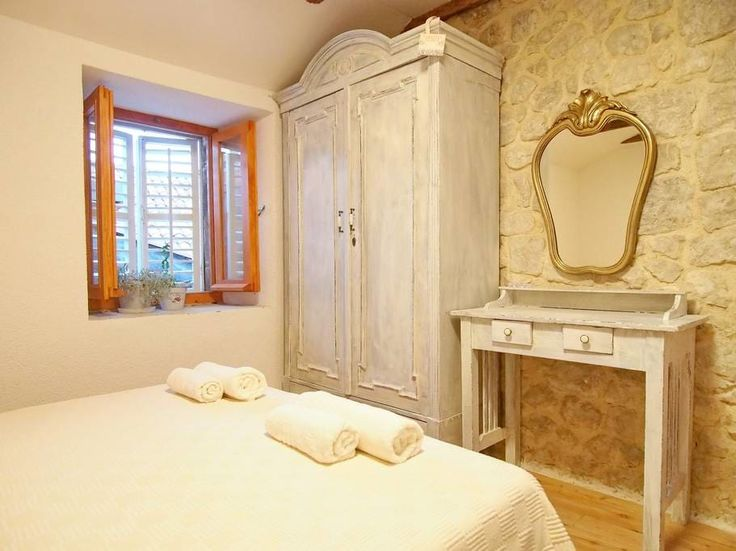 Maison à Dubrovnik, Croatie. Apartment is located in old stone house in the Old Town just behind the Cathedral. It means you're in the center but just a few steps away from the noise and crowds.   Apartment is suitable for 4 to 6 people, it has just been  renovated and has al...