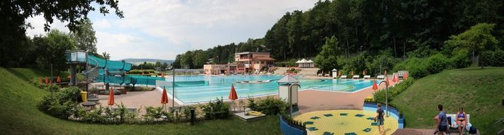 Ein idyllisches #Freibad mitten im #Odenwald gibt es in #Michelstadt. Das #Waldschwimmbad sorgt mit zwei großen Freibad-Becken, einem Kinderbecken und einer Riesenrutsche für reichlich Wasserspaß. http://lnk.al/vAc