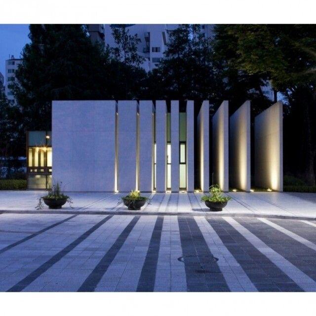 A estrutura de concreto da foto é um projeto do escritório UTAA para o campus da Universidade de Seul na Coréia do Sul. A construção na fachada tem estética geométrica e encanta os transeuntes quando as luzes internas fazem sombra na rua. Foto: Jin Hyo-suk. #design #arquitetura #decoração by arkpad