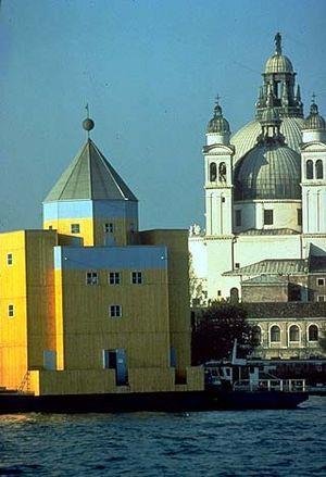 El Teatro del Modo (1986, Venecia) es una edificación muy emblemática por el simple hecho de de es un teatro flotante, Aldo Rossi rebaso las barrera de la construcción convencional para construir este teatro.