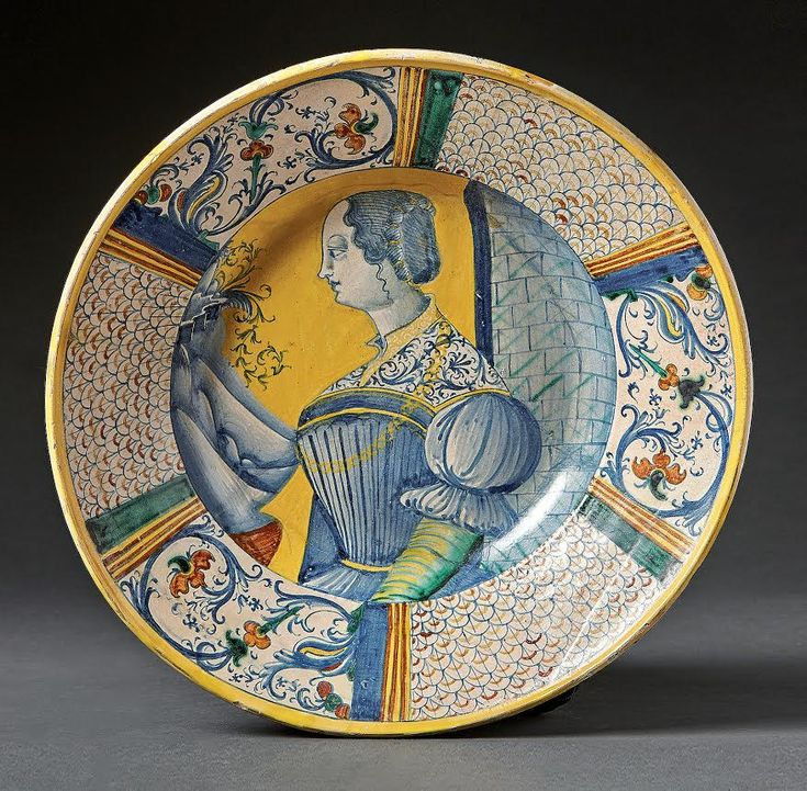 A Maiolica dish with a portrait of a lady, 16th century, Deruta, Italy. H. 8,5 cm, Ø 38 cm. Start price: 5,800 Euro.